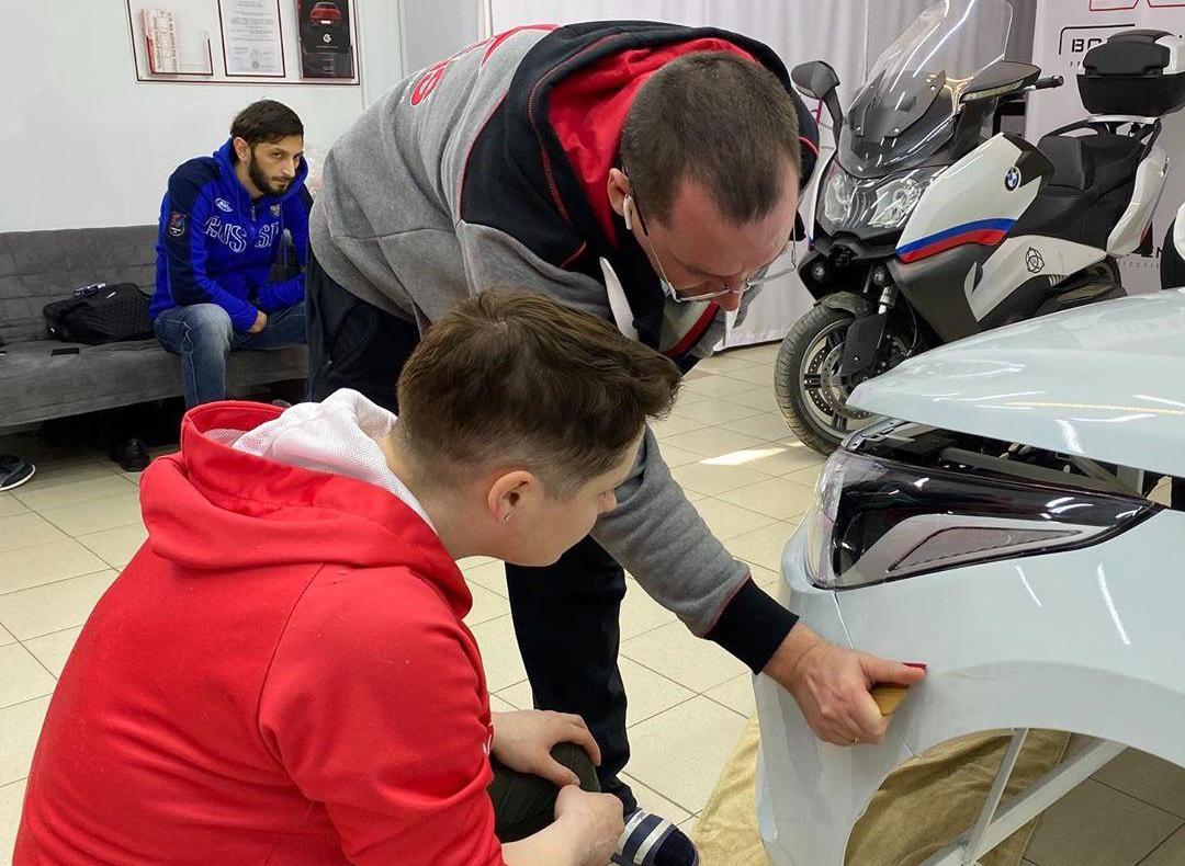 Обучение оклейке деталей кузова автомобиля плёнкой: особенности
