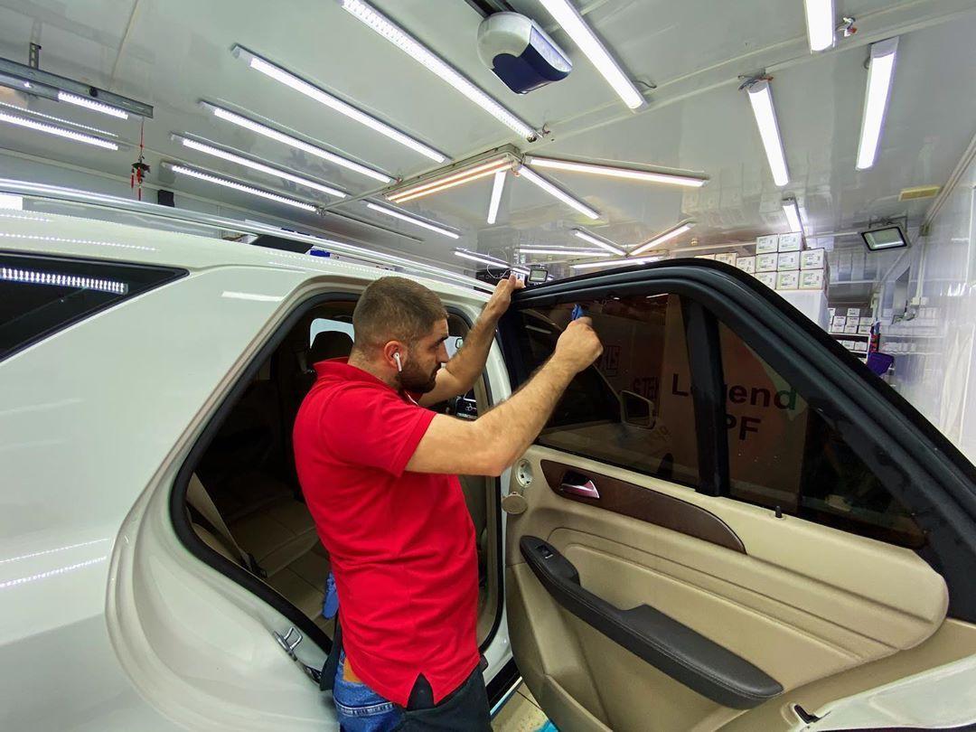 Подготовка стекла автомобиля перед тонировкой
