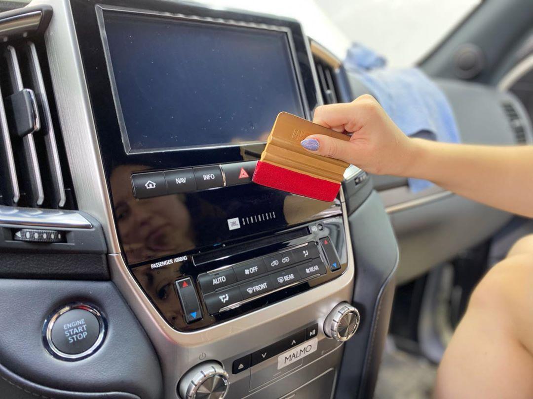 Какие новые материалы используются в отделке салонов автомобилей и почему их следует защищать антигравийной плёнкой