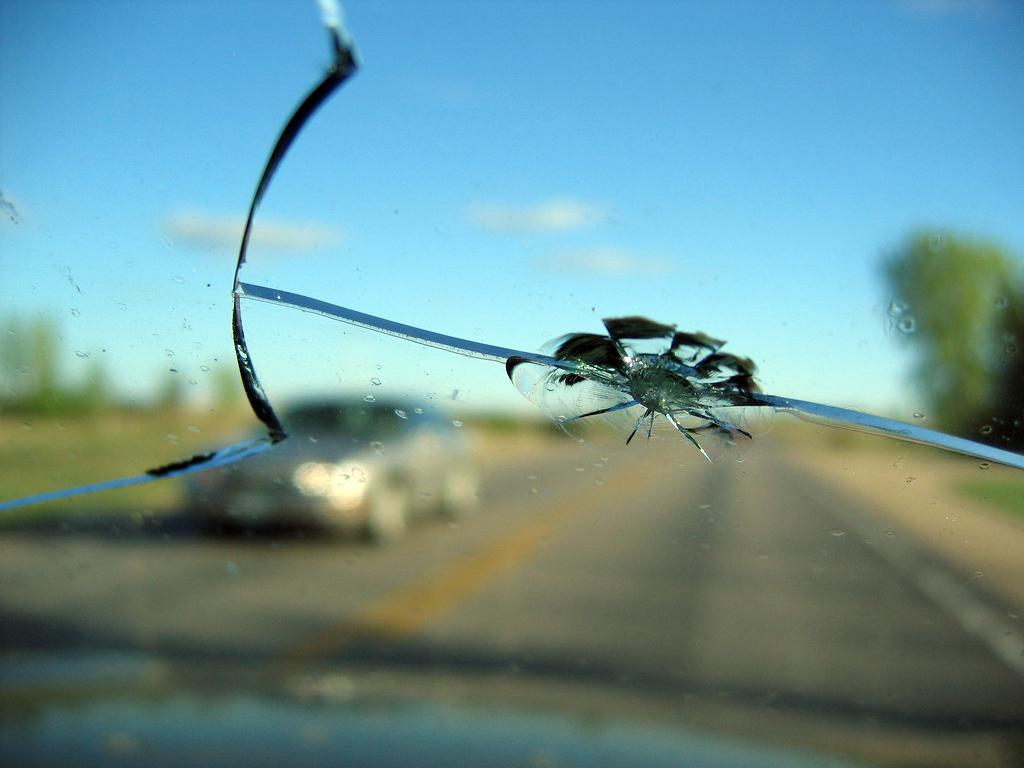 Виды повреждений лобового стекла автомобилей, особенности починки в зависимости от характера повреждений
